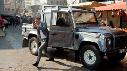 Land Rover Defender trong Skyfall (2012).