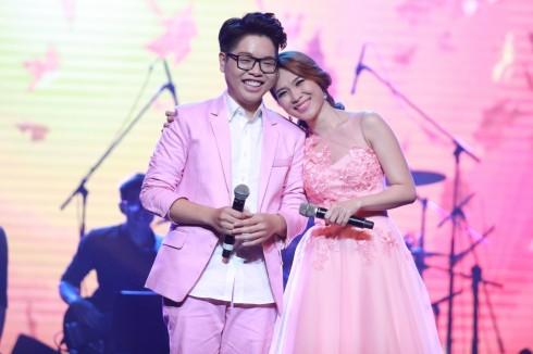 Trẻ trung và tươi tắn bên học trò cưng Đức Phúc, quán quân chương trình Giọng Hát Việt, một trong những hoạt động nổi bật của nữ ca sĩ trong năm 2015