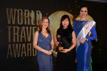 Đại diện khách sạn JW Marriott Hanoi tại lễ trao giải World Travel Awards tại Hong Kong.