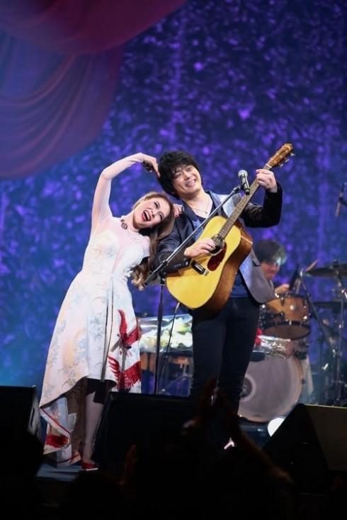 Mỹ Tâm nhí nhảnh bên nghệ sĩ Oshio Kotaro tại sân khấu Đài truyền hình quốc gia Nhật Bản NHK