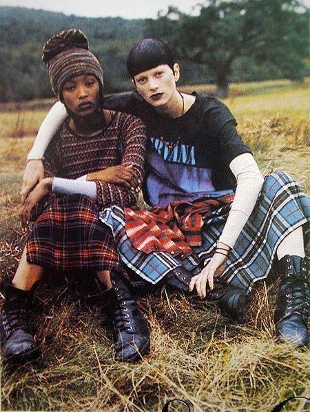 Kẻ sọc và bảng màu u tối là hai yếu tố đặc trưng của grunge.