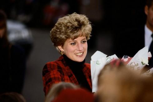 Hoa tai tròn không chỉ là mốt trang sức dành riêng cho phái nữ, mà nam giới - những thanh niên nổi loạn - cũng rất chuộng. Trong hình là công nương Diana vào những năm 1990.