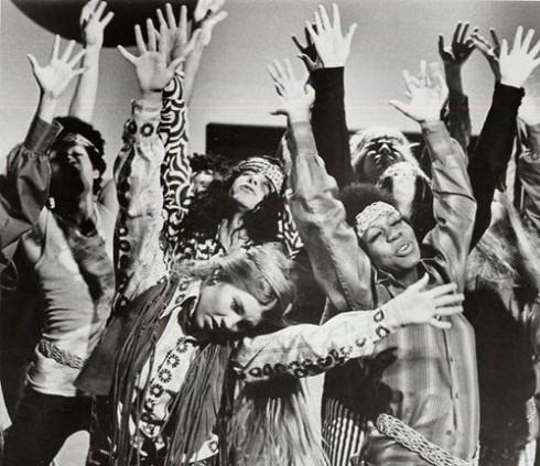 Tuy là hai xu hướng lớn, grunge và neo-hippie bị các nhà phê bình thời trang nhận xét là rẻ tiền.