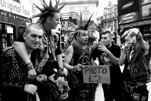 Thời trang punk của giới trẻ.