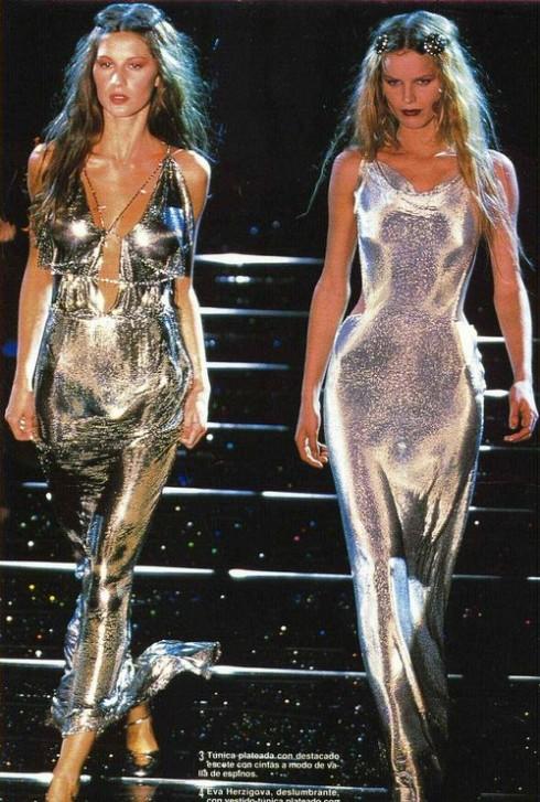 Chất liệu bóng bẩy được ưa chuộng, đặc biệt là đối với những mẫu slip dress.