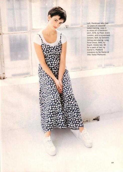 Kiểu mix&match đầm slip dress với áo thun là một trong những kiểu cách ăn mặc phổ biến.