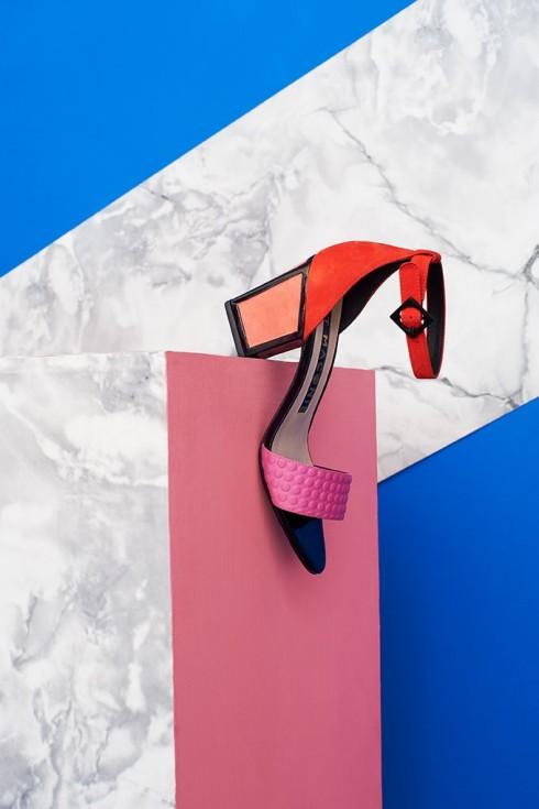 Đừng quanh quẩn mãi với vài kiểu giày dép trơn màu nhàm chán.