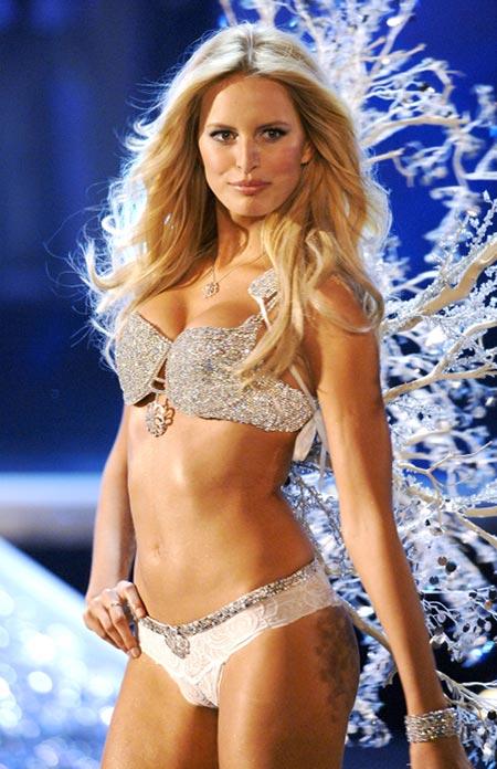 Karolina Kurkova trong Hearts on Fire Diamond Fantasy Bra 2006 trị giá 6,5 triệu đô la