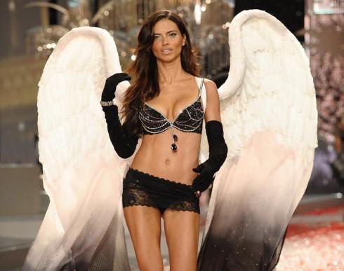 Adriana Lima trong Black Diamond Fantasy Miracle Bra 2008 trị giá 5 triệu đô la