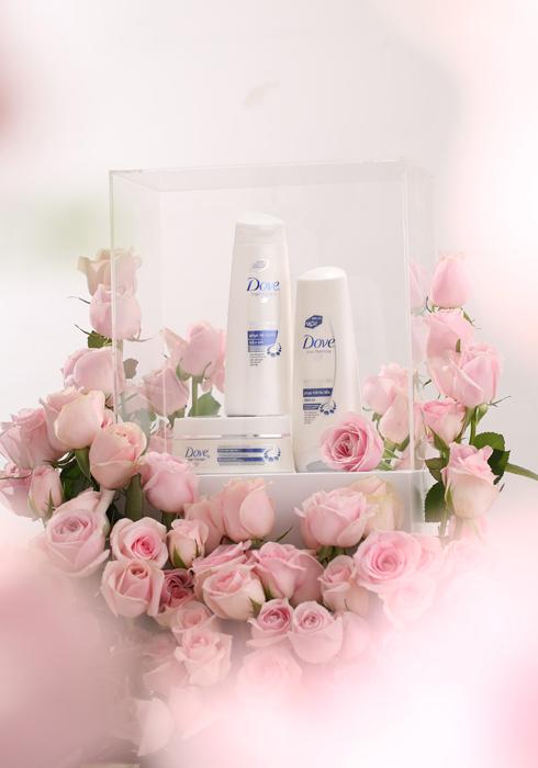 Sản phẩm gợi ý: Bộ dầu gội Dove Phục Hồi Hư Tổn: Dành cho tóc hư tổn, tóc yếu, dễ gãy rụng, chẻ ngọn, xơ rối khó, vào nếp, phục hồi hư tổn chỉ trong 1 phút (*). Với Keratin Repair Actives TM thấm sâu vào lõi tóc, Dove giúp nuôi dưỡng cho tóc chắc khỏe gấp 10 lần. (**) * Khi sửdụng trọn bộsản phẩm Dove Phục Hồi HưTổn so với dầu gội không có chất xảtrong điều kiện thí nghiệm **dựa trên kết quảgiảm lượng tóc gãy rụng do chải khi sửdụng trọn bộsản phẩm Dove Phục Hồi HưTổn so với dầu gội không có chất xảtrong điều kiện thí nghiệm