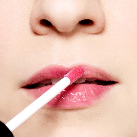 Son bóng màu nhẹ nhàng sẽ giúp bạn có một bờ môi căng mọng và đầy sức sống hơn