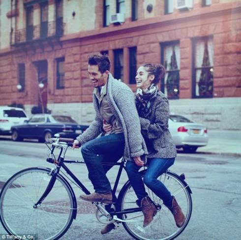Đạp xe cùng nhau trên phố hoặc trên một khu du lịch