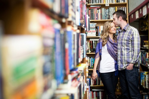 Hôn nhau trong tiệm sách