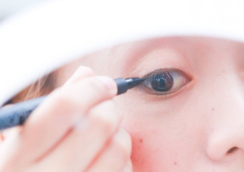 Ké đường viền thật mảnh hoặc viền bên trong mắt là xu hướng hiện nay của các bạn gái, mang đến ánh nhìn tự nhiên nhất