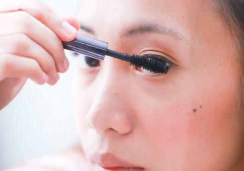 Lưu ý không nên rút cọ mascara ra vào quá nhiều lần sẽ khiến mascara nhanh khô hơn bình thường