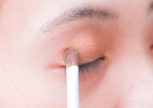 Những màu mắt nude, nhũ nhẹ sẽ phù hợp cho phong cách hằng ngày