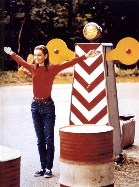 Nếu bạn có vóc dáng nhỏ nhắn, bạn có thể tham khảo phong cách ăn mặc của Audrey Hepburn để tôn lên sự nhỏ nhắn đáng yêu của mình.