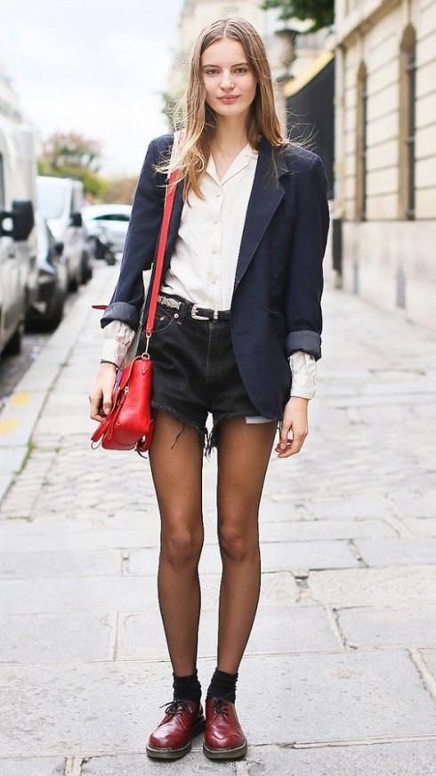 Nếu bạn không muốn #ootd của mình trông nghiêm túc như trang phục cho các cô gái văn phòng với quần jeans và áo khoác blazer, hãy phối với quần short jeans.