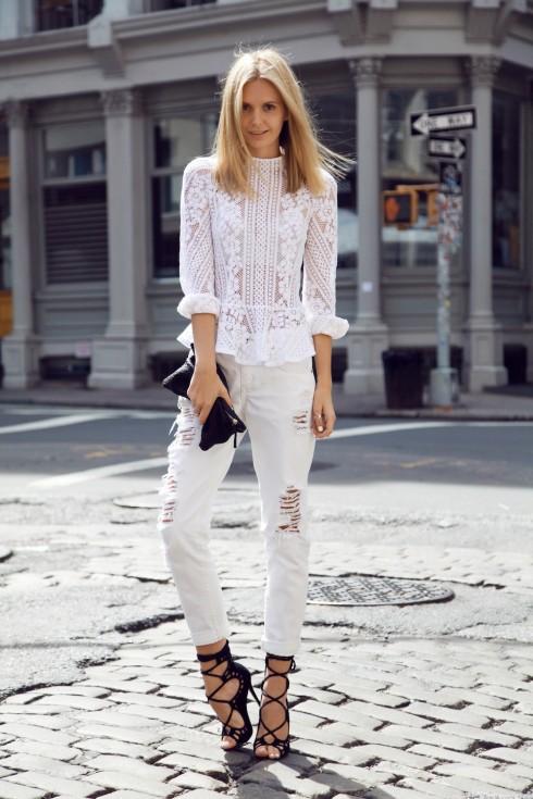 Đừng lạm dụng phụ kiện và trang sức để tránh rơi vào trường hợp lòe loẹt khi phối với áo blouse nữ tính.