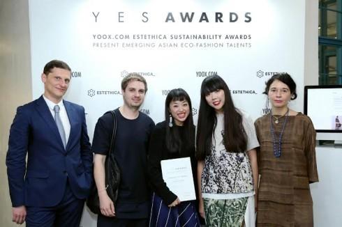 2 NTK của FFIXXED STUDIOS cùng blogger Susie Lau, đại điện của Yoox.com và Estethica tại buổi lễ trao giải