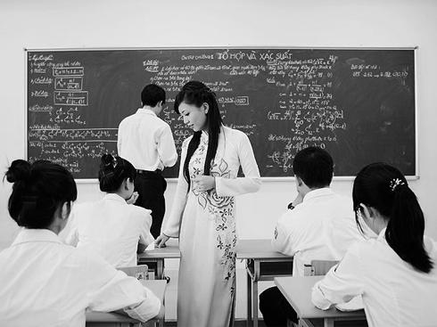 Trong quá trình giảng dạy, một giáo viên đầy lửa nhiệt tình, cởi mở vui vẻ mới dễ gần gũi với học trò, xử sự hòa nhã với long yêu thương và quan tâm tận tình dành cho học sinh của mình.