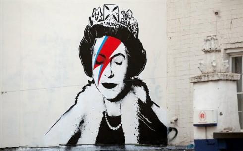 Banksy kha91c họa nữ hoàng anh trên một bức tường ở đường phố London