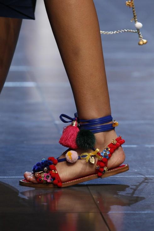 Sandals phảng phất tinh thần du mục của Dolce & Gabbana.