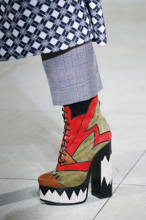 Giày boots ấn tượng của Miu Miu.