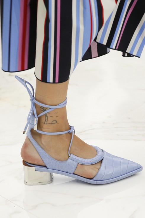 Salvatore Ferragamo mang đến kiểu giày mũi nhọn gót thấp với chi tiết cột dây và tông màu nhạt vô cùng thanh lịch.