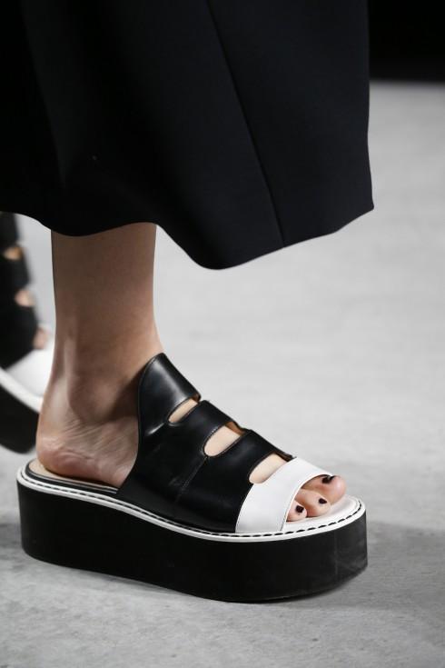 Giới trẻ và những quý cô chững chạc hơn cũng sẽ thích mê thiết kế đơn giản mà ấn tượng của Fendi.