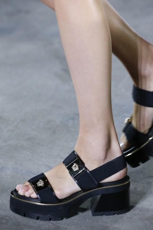 Donatella Versace không chỉ ca ngợi sức mạnh nữ quyền vào mùa thời trang xuân-hè này mà còn mang đến nguồn cảm hứng phụ kiện vô cùng mới mẻ.