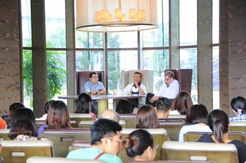 Tác giả Hungazit (giữa) và Bếp trưởng Raphael Szurek (phải)  chia sẻ những câu chuyện thú vị về nghề bếp.