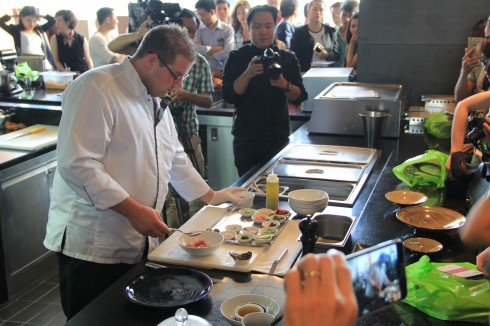 Bếp trưởng Raphael Szurek của nhà hàng French Grill trình diễn thực hiện một số món ăn trong thực đơn mới.
