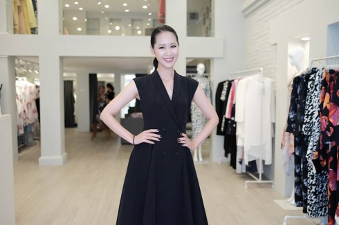 Dương Thùy Linh khoe phong cách cổ điển với váy dáng vest gam đen.