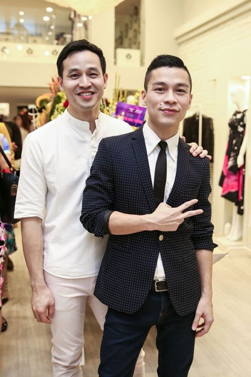 Nhà thiết kế Adrian Anh Tuấn (vest đen) cùng bạn trai