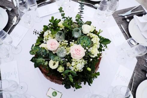 Hoa sứ, đèn dầu, gỗ, lá… được khéo léo kết hợp tạo thành vườn hoa thu nhỏ xinh xắn trên bàn tiệc.