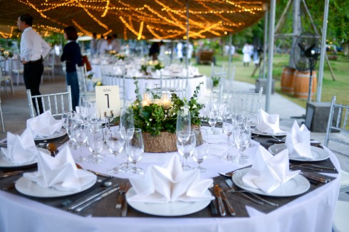 Điểm nhấn đặc biệt của lễ cưới là hiệu ứng ánh sáng của hàng nghìn chiếc đèn vàng ấm áp, tạo thành bầu trời sao rực sáng khi nắng tắt.
