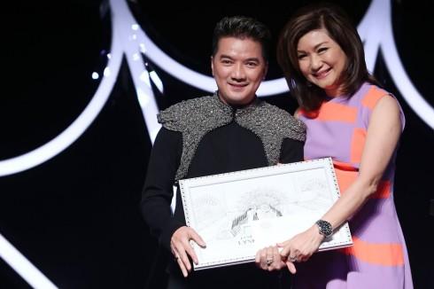 Đàm Vĩnh Hưng nhận giải Lynh Fashion Show 2015