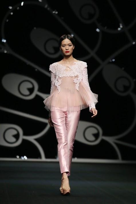 Một thiết kế màu hồng nổi bật với chi tiết ren và voan