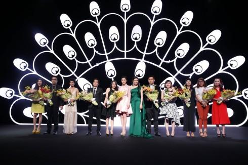 Những đơn vị bảo trợ cho Lynk Fashion Show 2015 trên sân khấu nhận bó hoa của Lý Nhã Kỳ