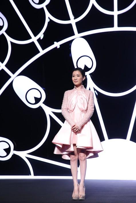 Xa Thi Mạn duyên dáng trên sân khấu với chiếc đầm màu hồng của NTK đêm diễn