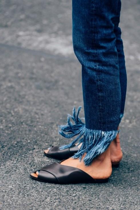 Sự thoải mái và tiện dụng của những đôi slipper tối giản là các yếu tố khiến chúng được yêu thích.