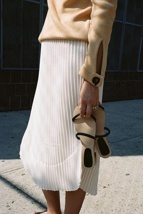 """Sandals tối giản phù hợp với thời tiết của xuân-hè và hết sức """"ngoan ngoãn"""" trong mix&match."""