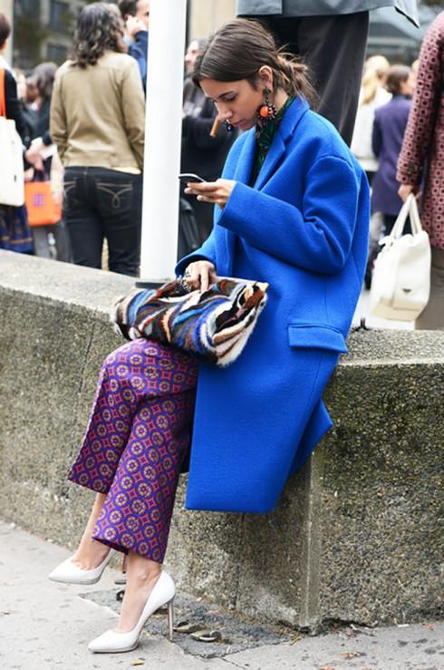 """Áo khoác color block còn có thể được xem là """"statement coat"""". Nếu bạn nghĩ color block khá chán thì bạn có thể """"đổ"""" thêm họa tiết vào trang phục của mình để chúng trông có chiều sâu và vui mắt hơn."""