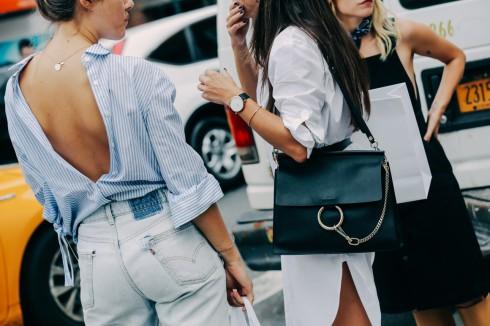 Bạn có thể phối cách mặc này với váy hoặc quần tùy thích. Hạn chế những loại váy vá quần quá ngắn để không rơi vào trường hợp phản cảm.