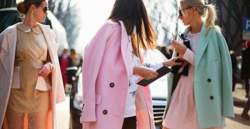 Khoác áo lên vai hay mặc áo? Mỗi cách mặc cho một hiệu ứng và cảm nhận khác nhau.