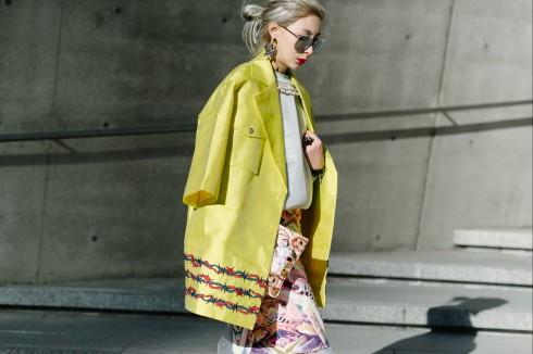 Bạn nên chọn áo có chất vải đủ cứng cáp, hoặc đủ dày để khi khoác lên trông đẹp và phong cách.