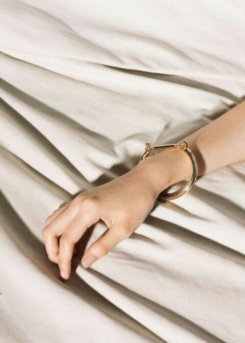Dễ kết hợp trang phục, dễ bảo quản là hai ưu điểm lớn của loại phụ kiện này.