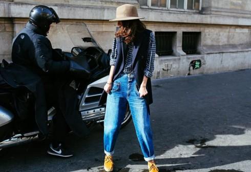 Sự kết hợp hai cách ăn mặc tương phản này là một trong các xu hướng của thời trang đường phố thế giới.