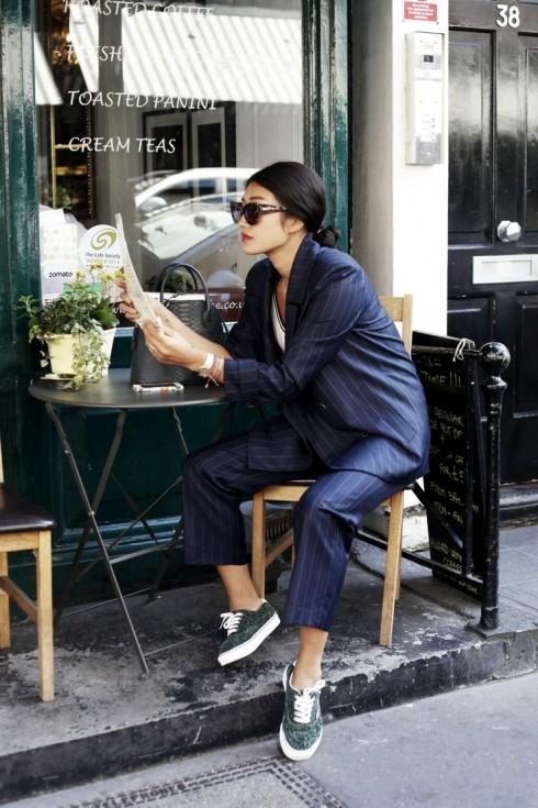 Đơn giản nhất: Một bộ suit nam tính và một đôi giày thể thao hoặc slipper tối giản.